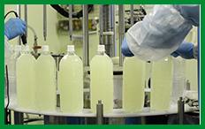 ⑤洗浄後、ペットボトルにジュースが充填されていきます。